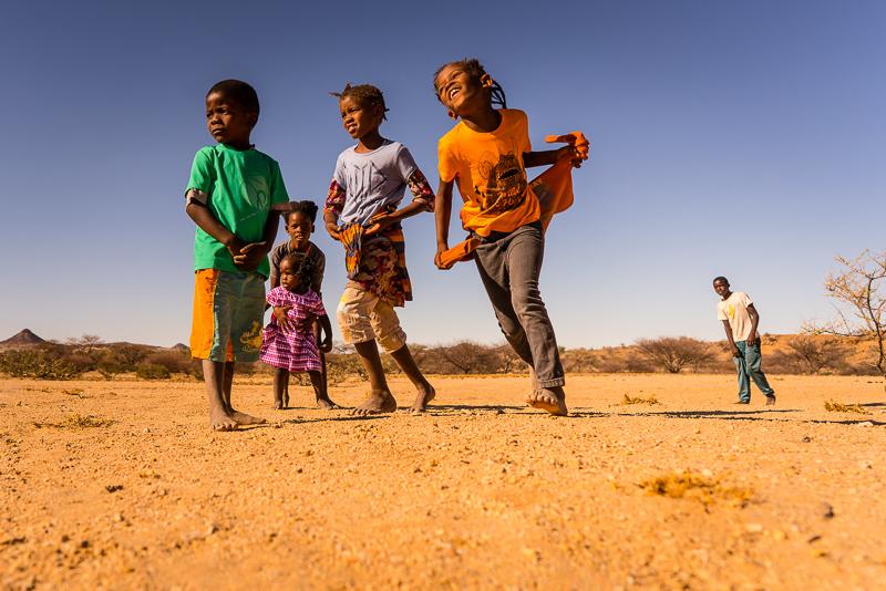 Spielende Kinder bei Spitzkoppe