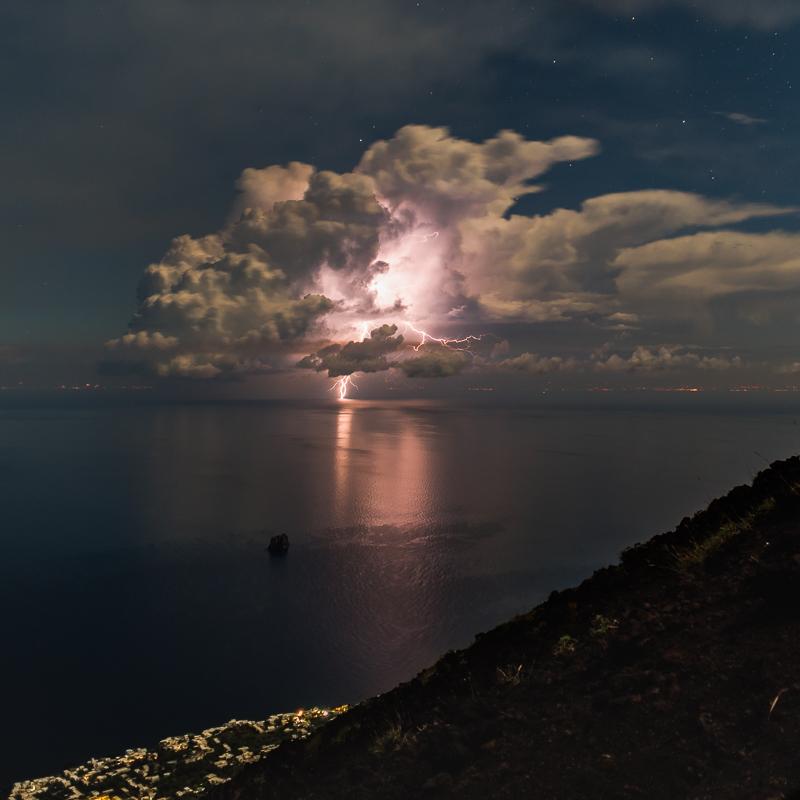 Gewitter vor der Küste Italiens